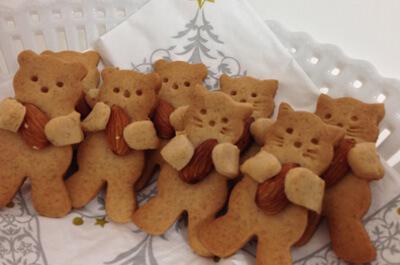 アーモンドを持った猫のクッキー