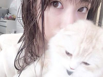 スッピンのくみっきーと飼い猫のロワ