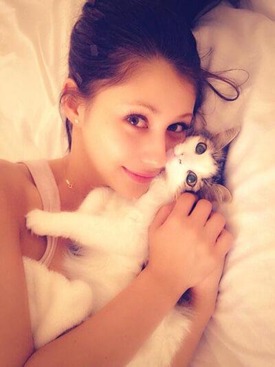 ベッドで横になるダレノガレ明美と飼い猫