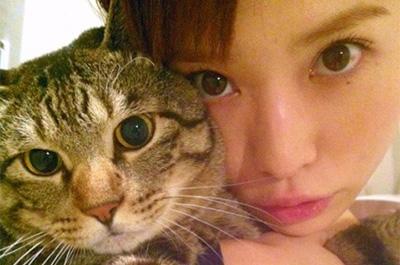 市川由衣と愛猫のトラジ