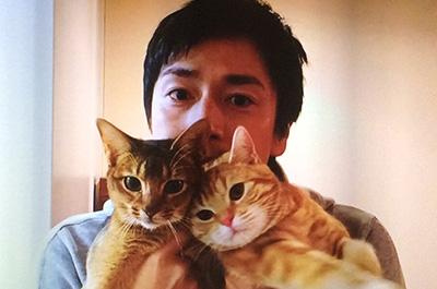 徳井義実と二匹の飼猫