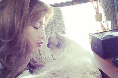 愛猫とキスをするローラ