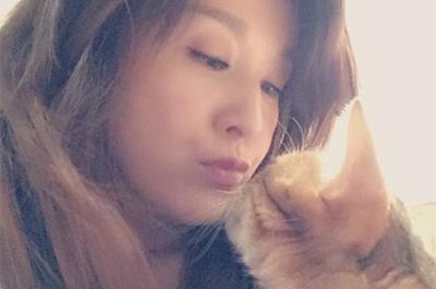 愛猫とキスをする藤原紀香