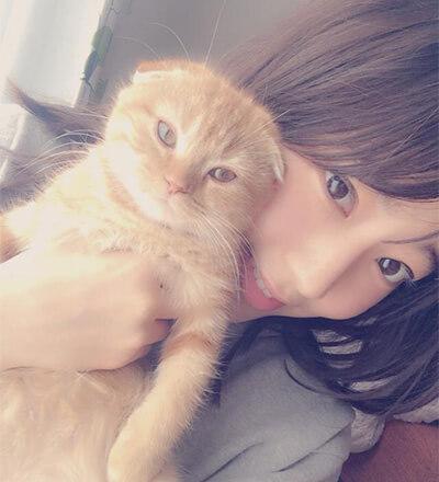 愛猫を抱き上げる宮脇咲良