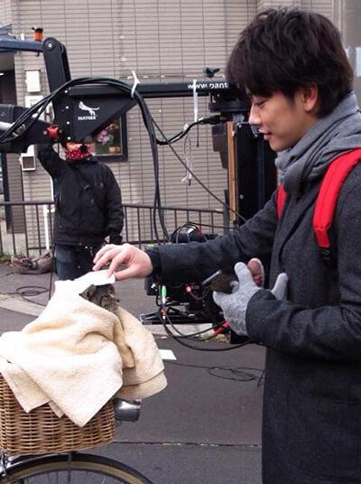 映画撮影時の佐藤健と猫