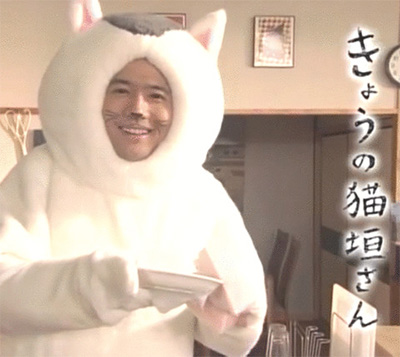 コントで猫に扮する稲垣吾郎