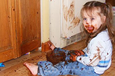 チョコレートを食べ散らかす女の子