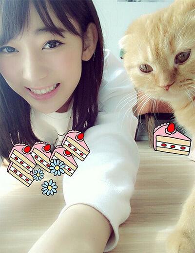 宮脇咲良と愛猫のまるちゃん