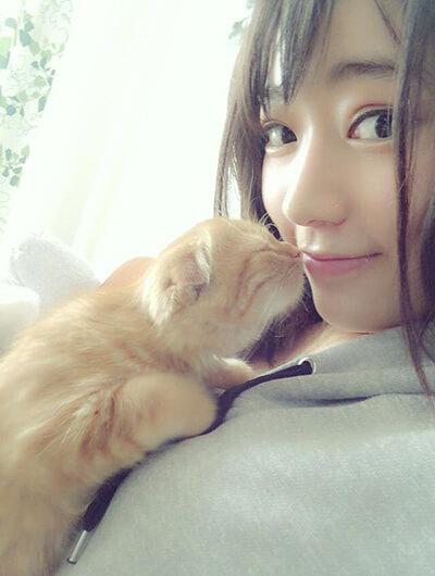宮脇咲良にキスをする愛猫のまるちゃん