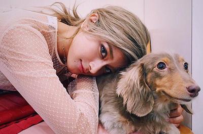 愛犬と写るローラ