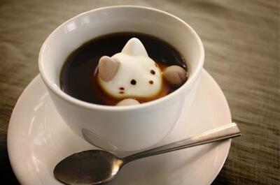 猫のクリームが乗ったコーヒー