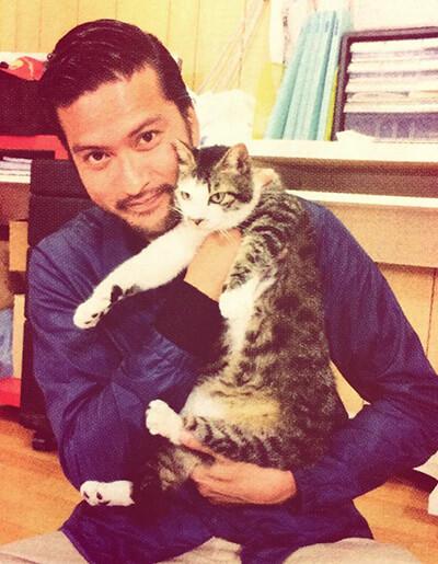 猫を抱く長瀬智也