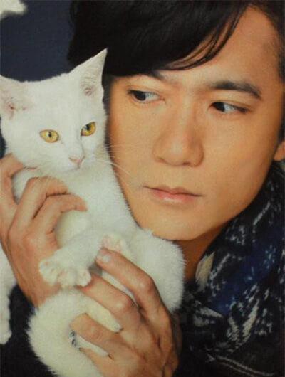 稲垣吾郎と白猫