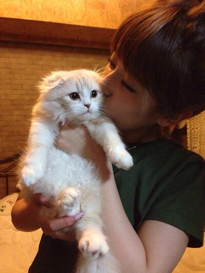 飼猫にキスをするくみっきー
